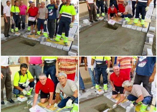 Trabajadores de Coria entierran un cofre con información de la localidad bajo el nuevo pavimento