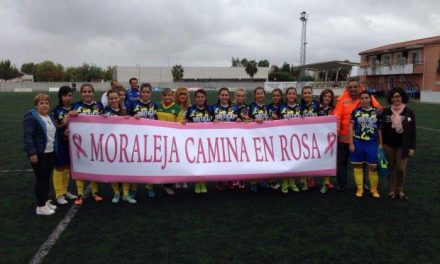 El partido de fútbol solidario del I Mes Rosa de Moraleja recaudó cerca de 300 euros este fin de semana