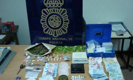 La Policía Nacional de Cáceres arresta a tres chicos de entre 21 y 25 años con medio kilo de drogas