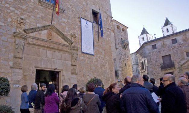 La Diputación de Cáceres recuerda a las víctimas de violencia de género con una esquela gigante