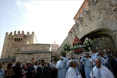 Los vecinos de Cáceres dieron una multitudinaria despedida a la Virgen de la Montaña en su regreso