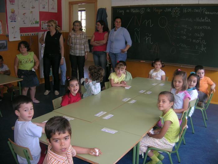 Alumnos del colegio Joaquín Ballesteros degustan un desayuno ofrecido por la Denominación Gata-Hurdes
