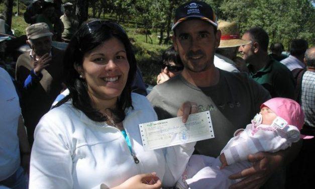 El Ayuntamiento de Casas del Monte entrega cheques de 500 euros a seis bebés para fomentar la natalidad