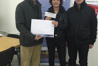 Empresarios de Moraleja hacen entrega de un cheque regalo navideño de 2.200 euros