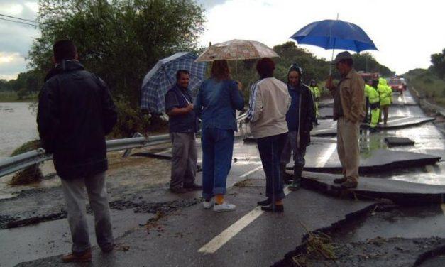 Un arroyo desbordado en Torrecillas  atrapa a dos personas en la carretera y obliga a cortar la vía