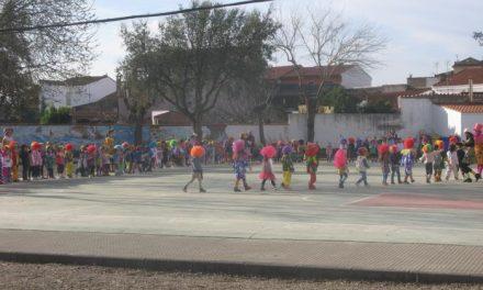 Los alumnos de primaria y preescolar de Moraleja dan la bienvenida al Carnaval con sus desfiles de disfraces