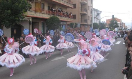 El color y la música inundan las calles de Moraleja durante el gran Desfile de Carnaval de este sábado