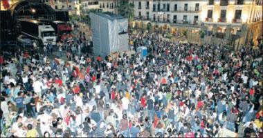 El festival Womad se estrenó ayer en Cáceres con la amenaza de lluvia y un «macrobotellón» en la plaza