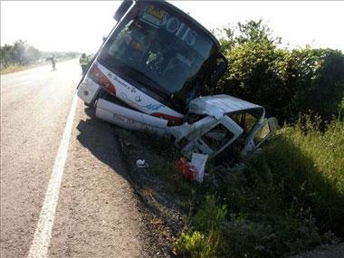 Un autobús con 40 estudiantes de secundaria vuelca en Alcuéscar aunque no hay heridos de gravedad