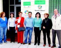La asociación de Alzheimer de Vegas Altas-La Serena da la nueva dirección del colectivo a Matilde Escobar