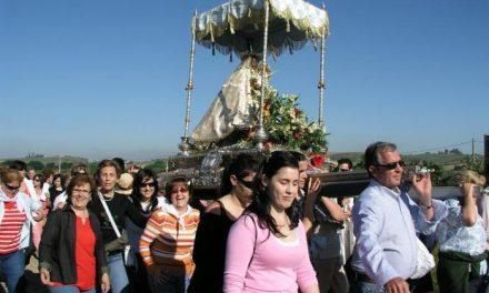 Cientos de caurienses trasladan a la Virgen de Argeme, patrona de Coria, de nuevo al santuario