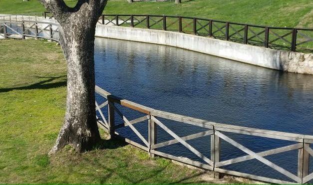 El Ayuntamiento de Moraleja continúa con las labores de reparación del vallado del Parque Feliciano Vegas