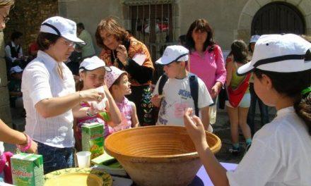 Los alumnos del colegio Leandro Alejano de Cilleros toman un desayuno sano con aceite Gata-Hurdes