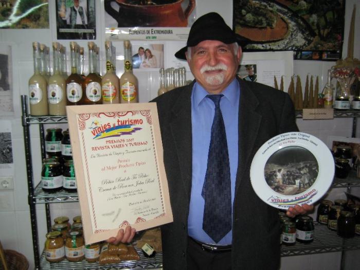 """Anastasio Marcos, Tío Picho, recibe un premio de la revista Viajes y Turismo por su crema de ron """"Pichín Real"""""""