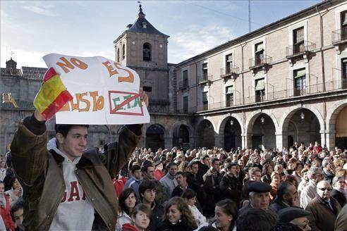 Cientos de extremeños se concentran en los ayuntamientos para lanzar un mensaje contra ETA