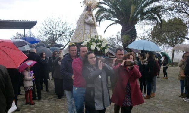 La romería en honor de la Virgen de Navelonga de Cilleros congrega a gran cantidad de público