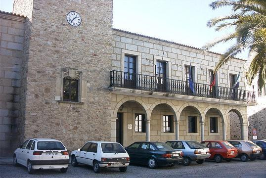 El Ayuntamiento de Coria sustituye el antiguo empedrado en una superficie de 15.000 metros cuadrados