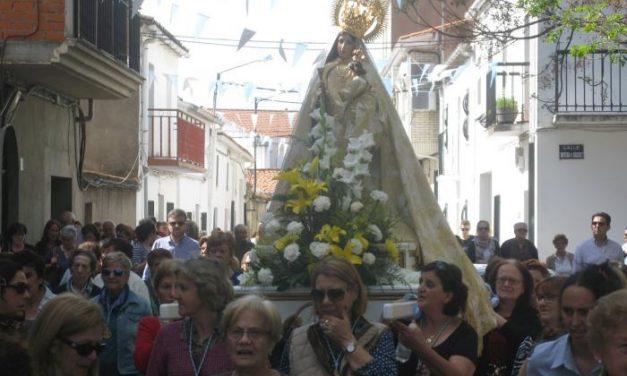 Numeroso público participa en Moraleja en el traslado de la Virgen de la Vega a su santurario