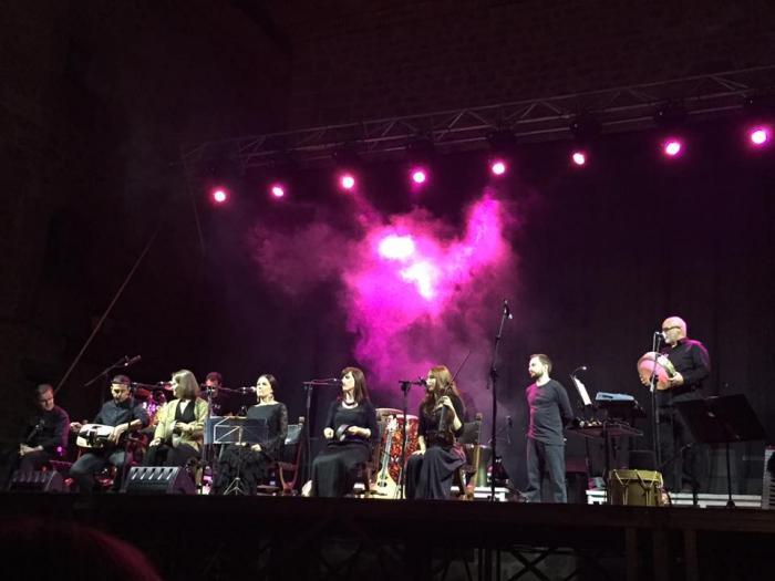 Cientos de personas se dan cita en Plasencia para disfrutar del concierto del grupo folk Acetre
