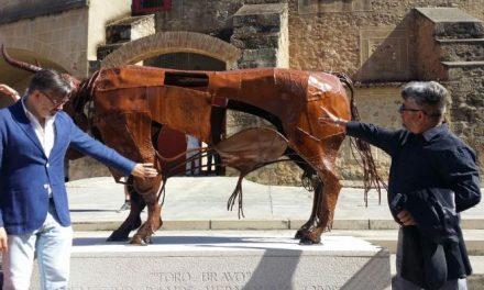 Plasencia inaugura una estatua del escultor Demetrio Ramos como homenaje a la fiesta de los toros