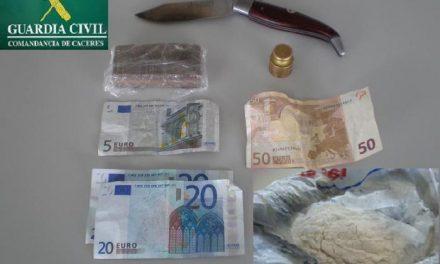 Detenidas en Cáceres a tres personas acusadas de tráfico de drogas que portaban hachís y cocaína
