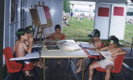 La piscina de Moraleja acoge un año más la iniciativa de la Bibliopiscina con libros, revistas y prensa