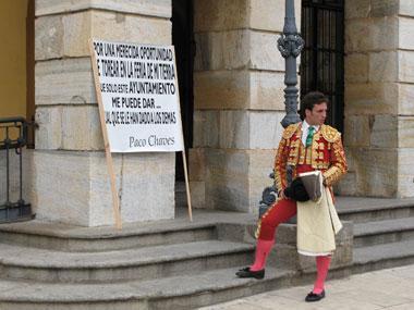 Un novillero protesta frente al Ayuntamiento de Badajoz con el traje de luces para pedir una oportunidad