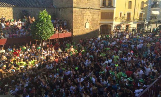 Cientos de jóvenes dan la bienvenida a San Buenaventura durante el pregón de fiestas
