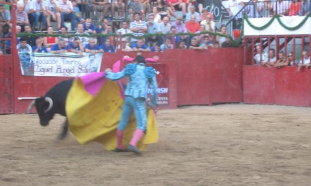 Numeroso público se da cita en la Plaza de Toros de Moraleja para disfrutar de la primera novillada goyesca