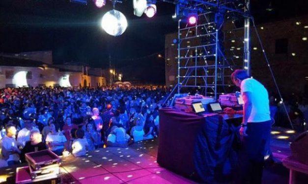 Cientos de personas disfrutan de la fiesta temática de los 80 en La Plaza de la Encomienda de Moraleja