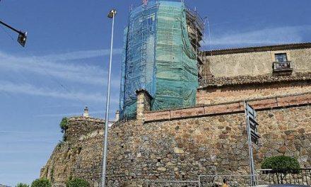 El Obispado de Plasencia inicia las obras de consolidación del torreón de la barbacana de la muralla