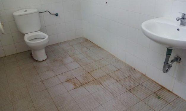 El PSOE de Plasencia denuncia la insalubridad de los baños de la piscina municipal