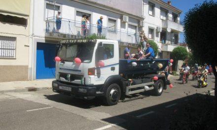 Bastantes vehículos participan este domingo en la procesión en honor a San Cristóbal de Moraleja
