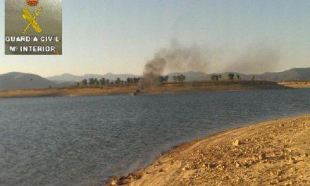 Un Guardia Civil rescata a los ocupantes de una barca en llamas en el embalse de Gabriel y Galán