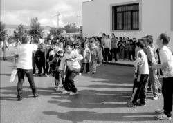 Padres e hijos participan juntos en la Olimpiada Infantil de Juegos Populares en Almendralejo