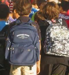 Cáritas Coria anima a los vecinos de la zona a colaborar con la campaña de recogida de material escolar