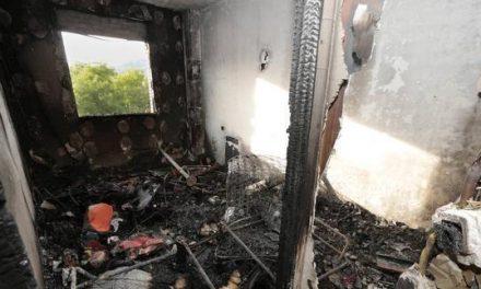Un fuego calcina totalmente un piso en la ciudad de Plasencia y obliga a desalojar el bloque