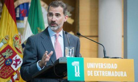 """El Rey Felipe VI insta a los universitarios extremeños a mirar el futuro """"con coraje y confianza"""""""