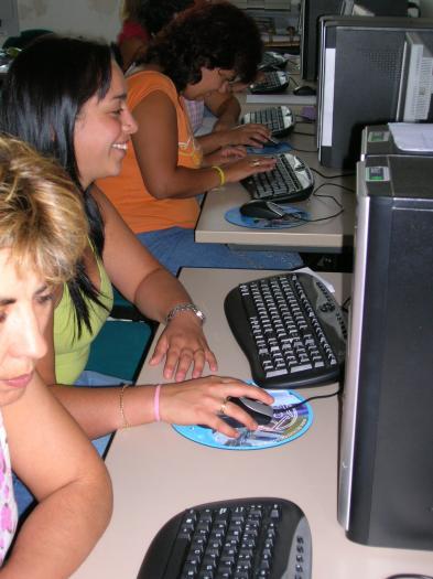 La Junta concede ayudas para la compra de un ordenador a familias con hijos matriculados en ESO