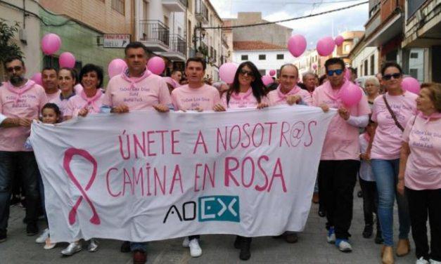 La Marcha Rosa de Coria cuenta con numeroso público ataviado con camisetas y pañuelos rosas