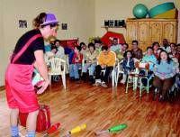 Alumnos del colegio San Marcos participan en un taller de globoflexia en su semana cultural