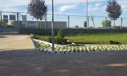 Los alumnos de Aprendizext realizan labores de embellecimiento en el Parque Fluvial de Moraleja