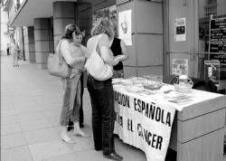Cambian 2.000 bombones por cigarros en Don Benito dentro de una campaña para prevenir el cáncer