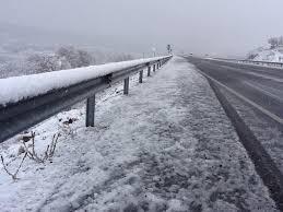 La nieve obliga a cerrar al tráfico el Puerto de Honduras y la vía que una Piornal y Garganta la Olla