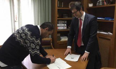 Coria y Moraleja firman sendos convenios con una entidad bancaria para sufragar proyectos sociales