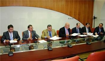 La Junta y seis entidades firman un convenio para financiar préstamos a jóvenes agricultores