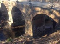 El pontón del arroyo Fresnedoso de Moraleja presenta nueva imagen tras varias obras de mejora