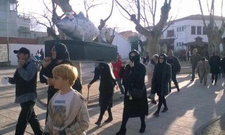 Moraleja despide el Carnaval con el tradicional entierro de la sardina y una sardinada popular