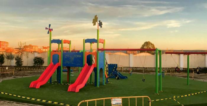 El Ayuntamiento de Coria instala un nuevo parque infantil en la zona de CEPANSA