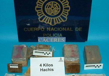 La Policía Nacional detiene en Cáceres a tres ciudadanos magrebíes por distribuir droga en la capital cacereña